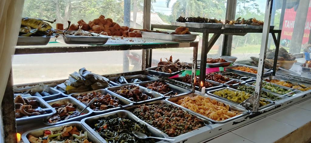 Menikmati Nasi Timbel Enak di Pinggir Masjid Berbentuk Ka'bah
